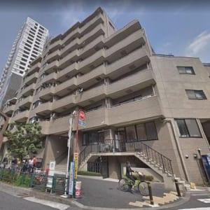 新規内装リノベーション 南向きのため 陽当たり良好 家具付 洋室は12畳の広さ 東新宿駅まで徒歩2分以内の好立地物件です(外観)