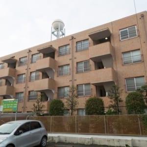 4階建ての1階部分南向き 専用庭付き 新規内装リノベーション済み 最寄り駅徒歩7分 エアコン・トランクルーム付き(外観)