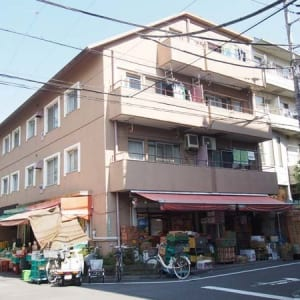 7階建て4階部分で陽当り良好 2駅徒歩圏内で利便性の高い立地 大切なペットと一緒に暮らせます 買い物便利 小・中学校が近くにあります(外観)